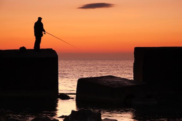 Rybak o wschodzie słońca