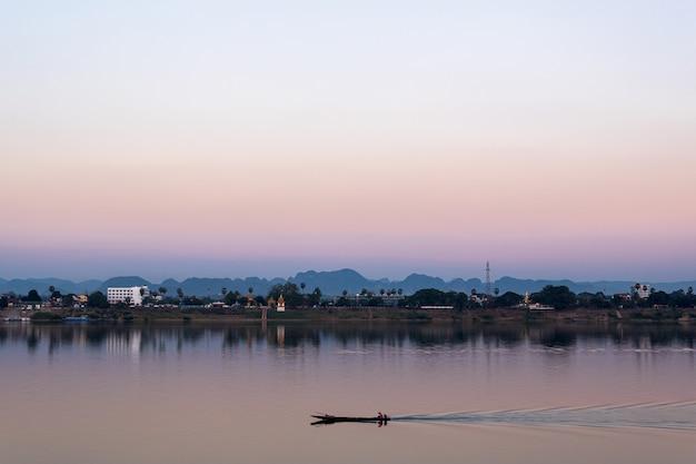 Rybak w hrabstwie tajlandii i laosu z rzeką mekong.