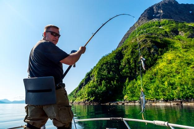 Rybak w norweskich fiordach