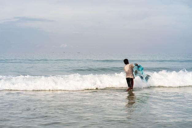Rybak zarzucił sieć na plażę.