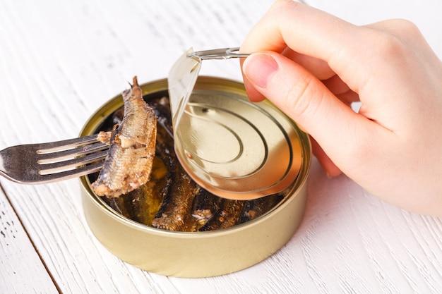Ryby można zamknąć na drewnianym stole z otwieraczem