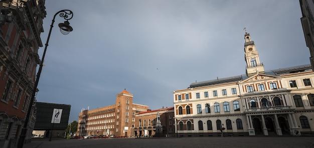 Ryga, łotwa - 22 lipca 2011: architektura starej rygi wcześnie rano. ryga jest stolicą i największym miastem łotwy, powszechnie znanym ze względu na wyjątkową średniowieczną i gotycką architekturę