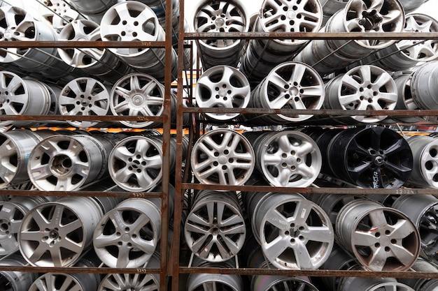 Rynek części samochodowych. koła samochodowe leżą na ziemi.
