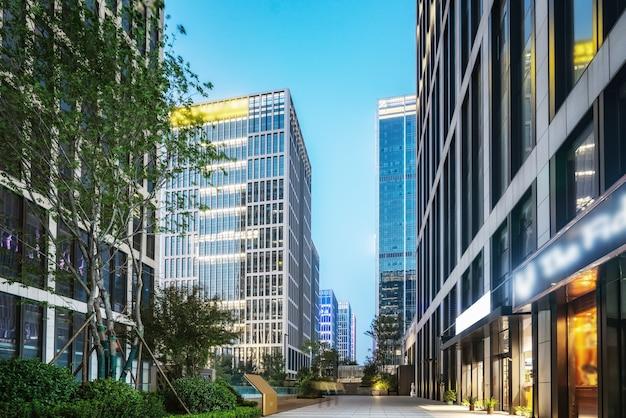 Rynek miejski i nowoczesne wieżowce