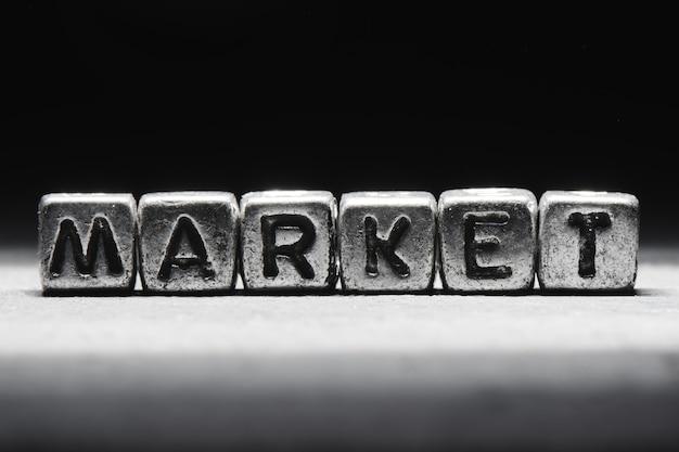Rynek napisów na metalowych kostkach na czarnym tle