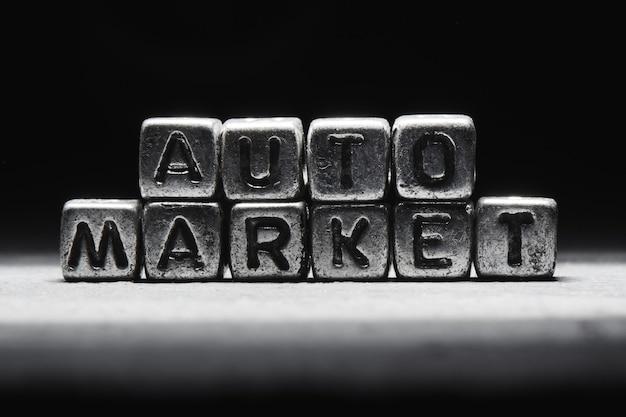 Rynek samochodowy napis na metalowych kostkach w stylu grunge na czarnym tle na białym tle ñðµð¼ð½ð¾ ñ ðµñ € ñ ‹ð¹