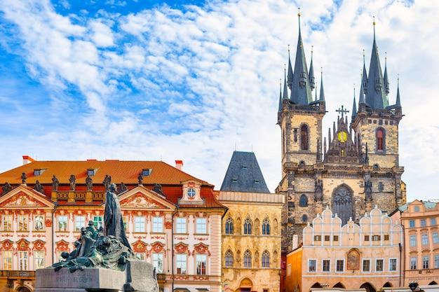 Rynek starego miasta w pradze czarownica kościół najświętszej marii panny i pomnik jana husa w