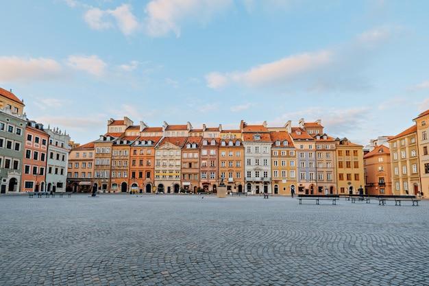 Rynek starego miasta w warszawie w dzień wiosny. puste ulice, żadnych ludzi