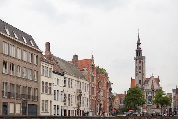 Rynek w historycznym centrum brugii, belgia. część światowego dziedzictwa unesco