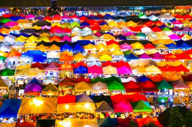 Rynek w nocy w tajlandii