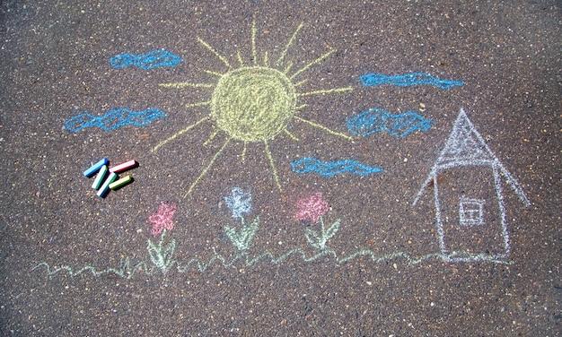 Rysowanie kredą na chodniku