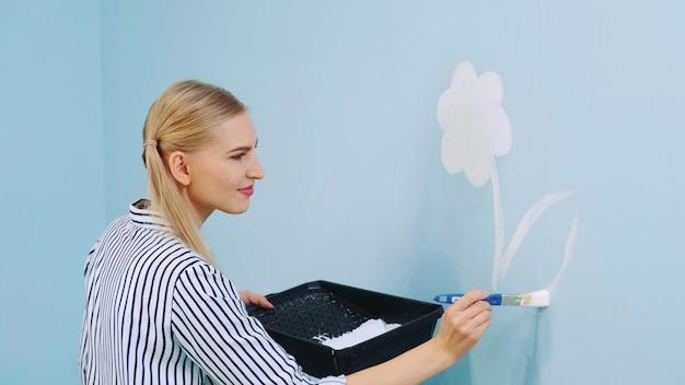 Rysowanie kwiatu na ścianie.