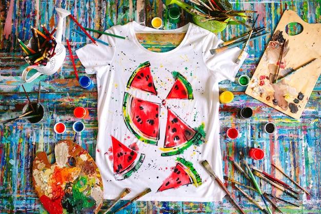 Rysowanie na ubraniach.