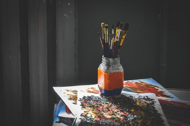 Rysowanie pędzli w szklance