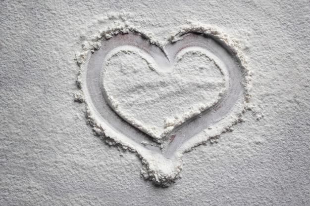 Rysowanie serc w mące