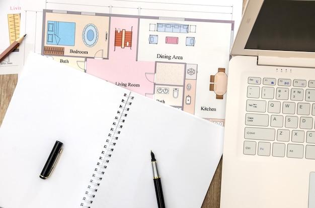 Rysunek budynku z notatnikiem i laptopem