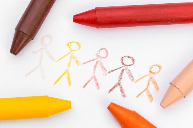 Rysunek dzieci z kolorowymi kredkami woskowymi z bliska