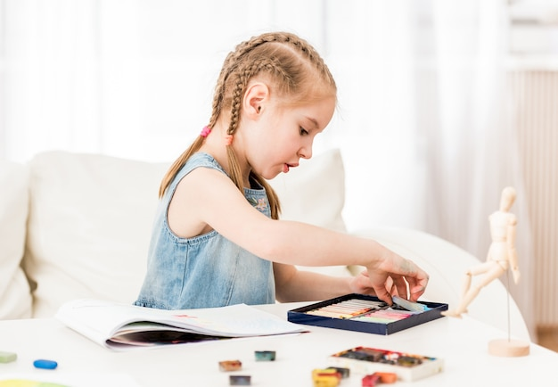 Rysunek dziecka z suchym pastelem