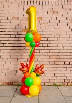 Rysunek jednego balonu foliowego z jesiennymi liśćmi klonu na stojaku z balonów. jesienna kompozycja na 1 września, wakacje szkolne