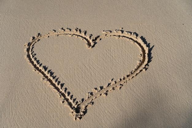 Rysunek jeleń w piasku, symbol miłości, pojęcie związku i wspólnoty