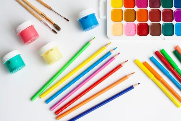 Rysunek układu, farby, pędzle, paleta, ołówki i markery, widok z góry