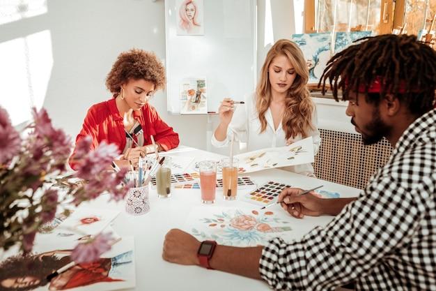 Rysunek wszystko razem. zespół trzech obiecujących młodych artystów, którzy razem czują się zaangażowani w rysowanie