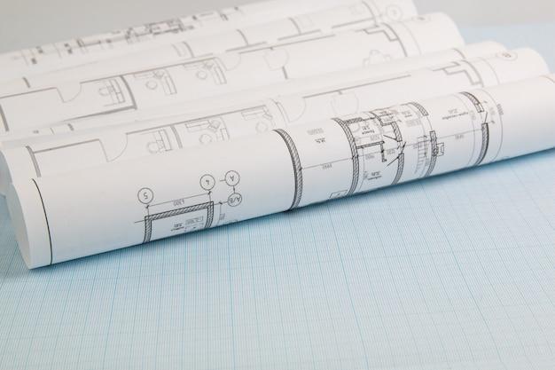 Rysunki domu inżynierskiego i plany na papierze milimetrowym