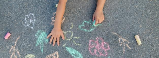 Rysunki dzieci na asfalcie kredą