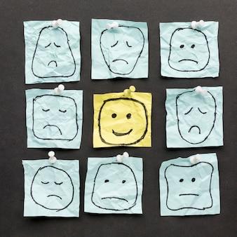 Rysunki emoji na papierze