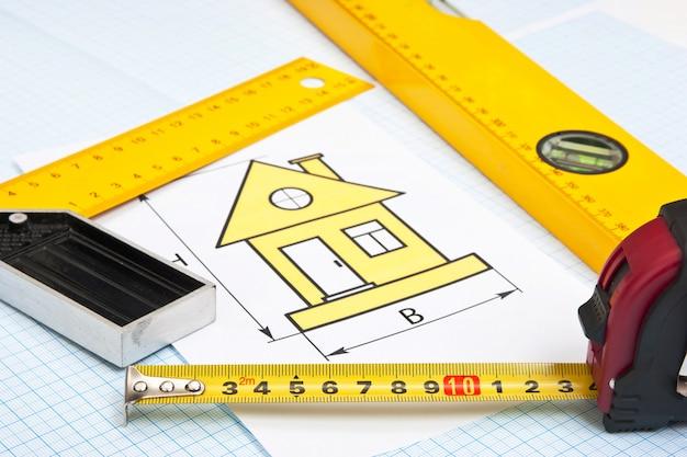 Rysunki konstrukcyjne i narzędzia na papierze milimetrowym