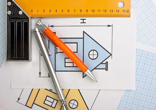 Rysunki programistyczne i narzędzia na papierze milimetrowym