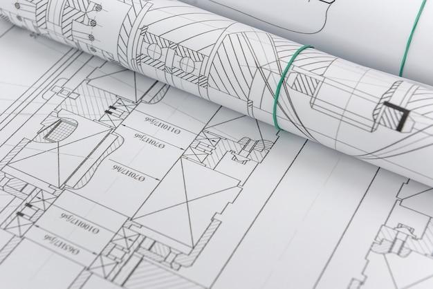 Rysunki techniczne z planami w rolkach z bliska. koncepcja inżynierska