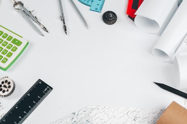 Rysunkowy biurko z narzędziami dla rysować odgórnego widoku tło