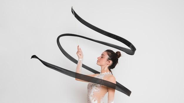 Rytmiczna gimnastyczka pozuje z faborkiem