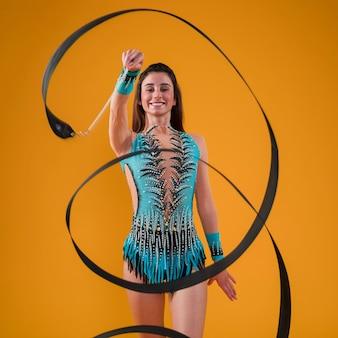 Rytmiczna gimnastyczka używająca wstążki