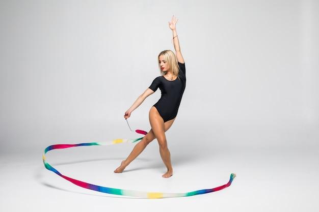 Rytmiczna gimnastyczka z gimnastyki taśmą odizolowywającą