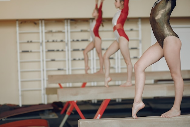 Rytmiczna gimnastyka. dziewczęta gimnastyczki, wykonują różne ćwiczenia gimnastyczne i skoki. dzieci i sport, zdrowy tryb życia.