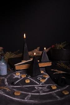 Rytuał czarnej magii ze świecami i runami