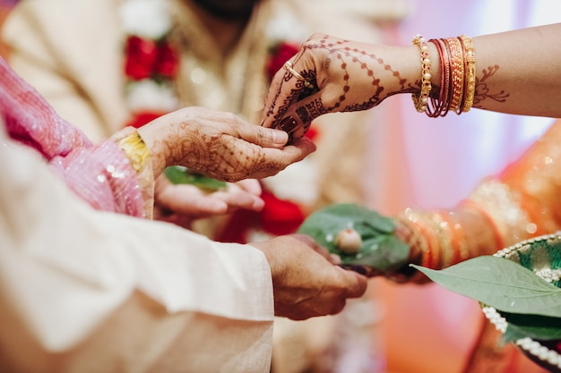 Rytuał z kokosowymi liśćmi podczas tradycyjnej hinduskiej ślubnej ceremonii