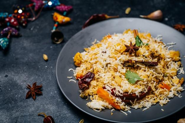 Ryż biryani (biryani warzywne). indyjski ryż basmati, warzywa curry i przyprawy. kuchnia indyjska
