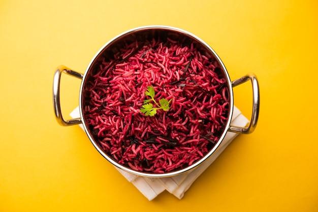 Ryż buraczany lub pulao lub pulav podawane w misce lub karahi, selektywne focus. indyjskie jedzenie