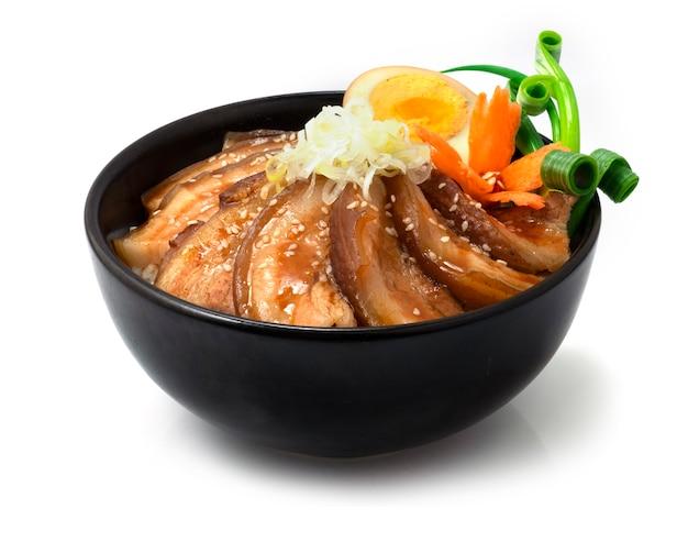 Ryż chashu don z gotowaną wieprzowiną w sosie brązowym