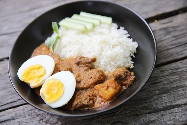 Ryż curry na tle drewna