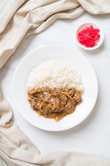 Ryż curry wołowy w plastrach po japońsku