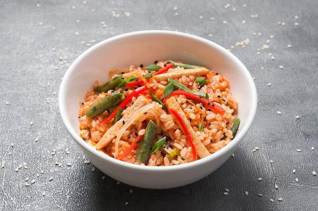 Ryż czosnkowy z kurczakiem i warzywami. kuchnia azjatycka