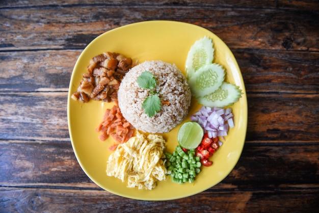 Ryż doprawiony pastą z krewetek i warzywami