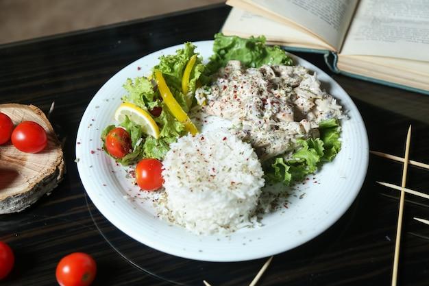 Ryż gotowany na parze z kurczakiem i śmietaną