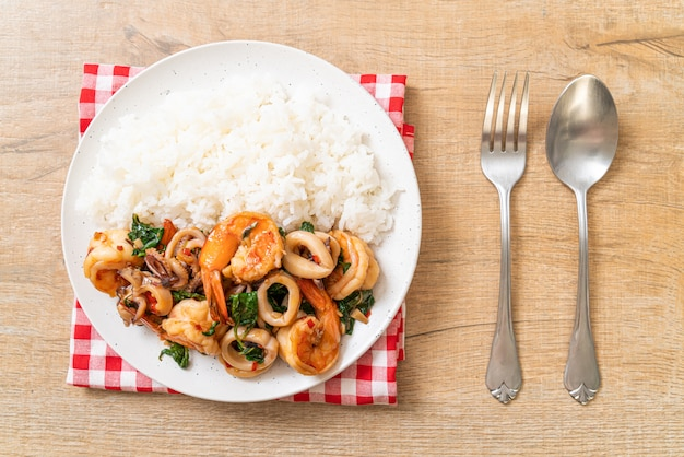 Ryż i smażone owoce morza (krewetki i kalmary) z tajską bazylią, azjatyckie jedzenie