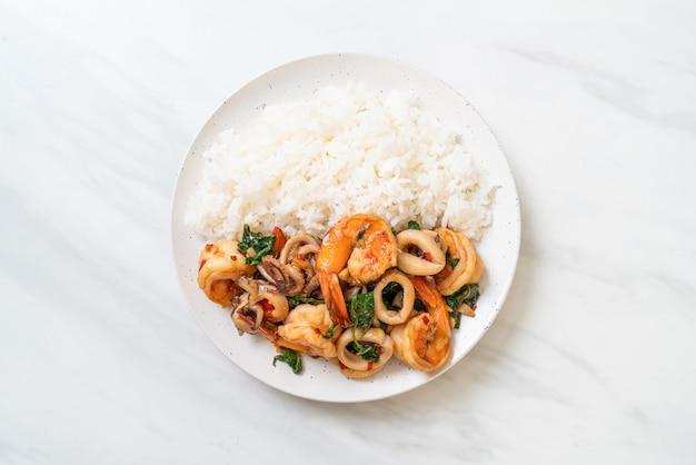 Ryż i smażone owoce morza z tajską bazylią