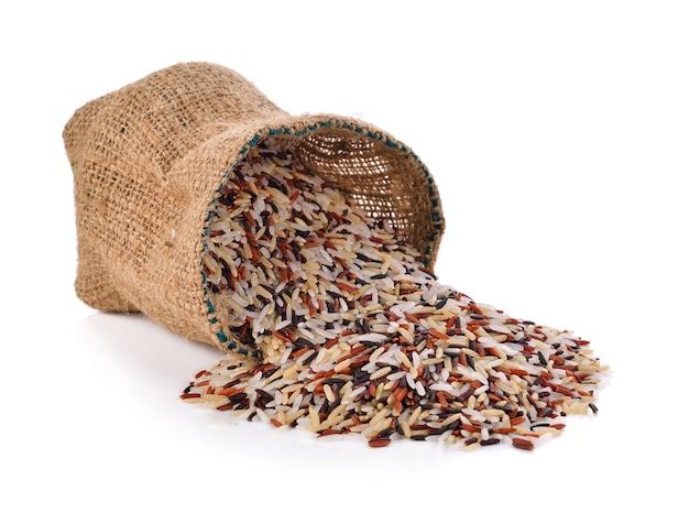 Ryż jagodowy ekologiczny ryż na białym tle